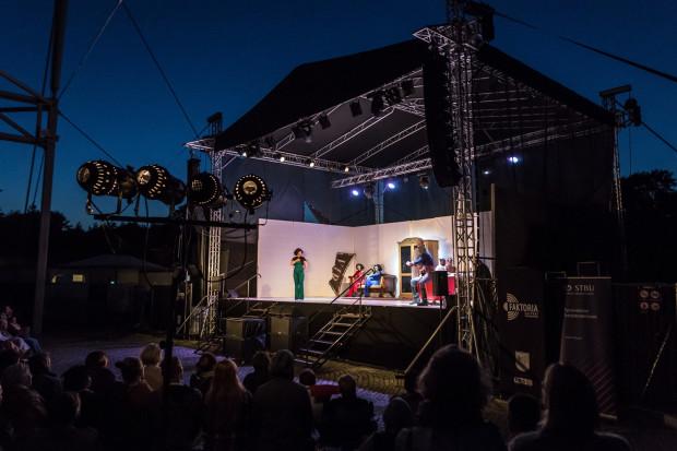 """Teatr Wybrzeże przygotowuje premierę w Pruszczu Pruszczu Gdańskim na mocy umowy z tamtejszym Centrum Kultury i Sportu. W tym roku będzie to """"Niezwyciężony"""" 11 lipca. W ubiegłym premierowo zagrano """"Damy i Huzary albo Play Fredro"""" (na zdjęciu)."""