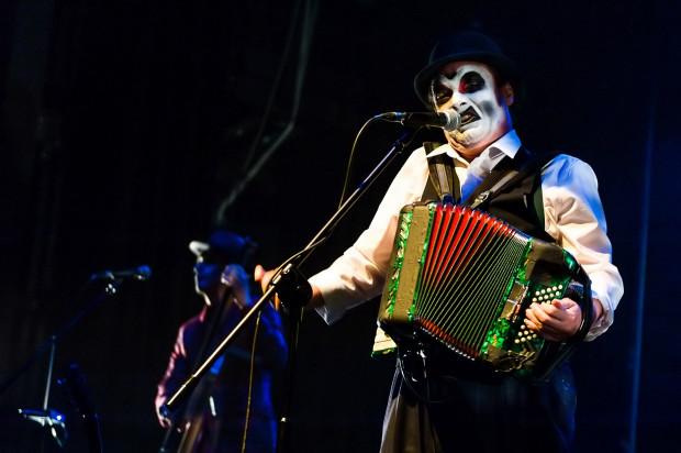 """Zespół The Tiger Lillies zaprezentuje się podczas festiwalu dwukrotnie - podczas swojego koncertu oraz w trakcie spektaklu """"Rosenkrantz i Guilderstern nie żyją""""."""