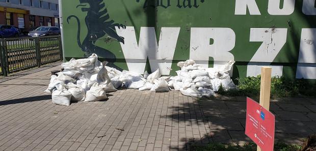 Worki chroniące przed zalewaniem to coraz częstszy widok na ulicach Wrzeszcza. Nz. darmowy punkt ich poboru przy siedzibie Rady Dzielnicy Wrzeszcz Górny.