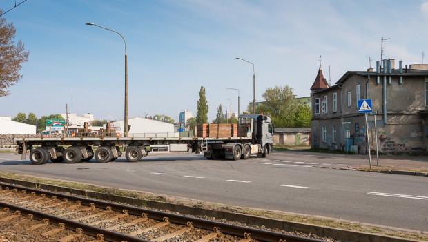 Mieszkańcy Nowego Portu mają dość ciężkiego transportu przez ul. Wyzwolenia. Obawiają się, że nowa droga nie rozwiąże ich problemów, lecz przeniesie ok. 200 m dalej.