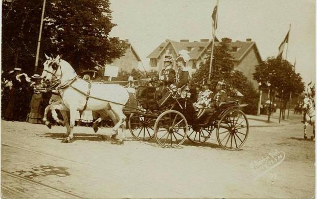 Dorożka z pruskimi oficerami wjeżdża w al. Zwycięstwa (ówczesna Grosse Alee), w okolicach Bramy Oliwskiej. Drzewo widoczne po lewej stronie zdjęcia to już Park Steffensów.