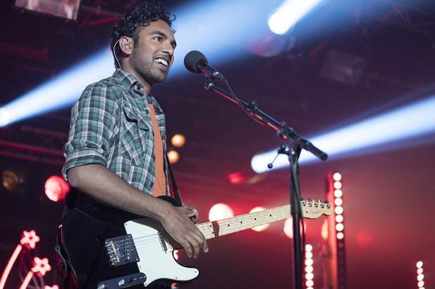 Jack Malik (Hamish Patel) jest amatorskim muzykiem, który bezskutecznie od lat próbuje wybić się na brytyjskim rynku muzycznym. Tajemnicza awaria prądu na świecie i wypadek na rowerze sprawiają, że Jack budzi się w rzeczywistości pozbawionej muzyki Beatlesów. Wykorzystuje więc utwory liverpoolskiej czwórki, by spełnić własne marzenia o sławie.