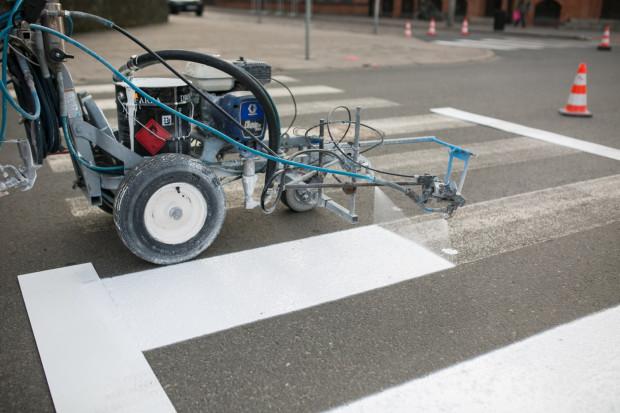 Kierowcy skarżą się na śliskość nowo wymalowanych pasów podczas hamowania, zwłaszcza kiedy nawierzchnia jest mokra.