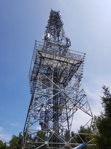 Wieża telekomunikacyjna z tarasem widokowym.