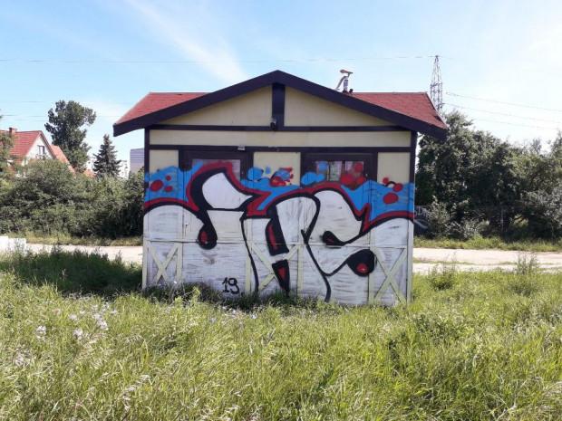 Budynek pomazany przez graficiarzy