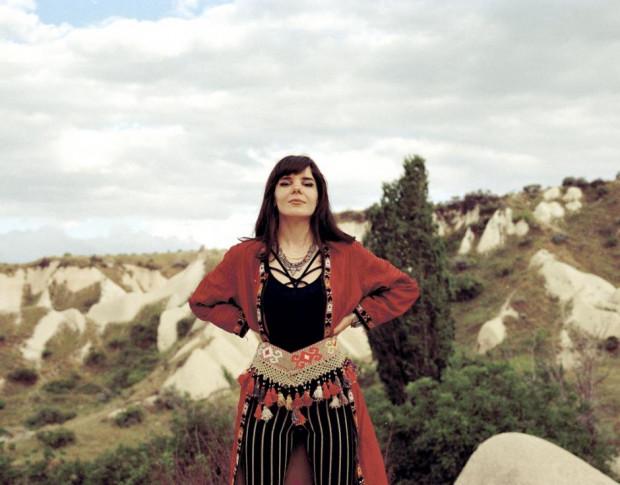 Gaye Su Akyol to liderka tureckiego zespołu grającego orientalną psychodelię.