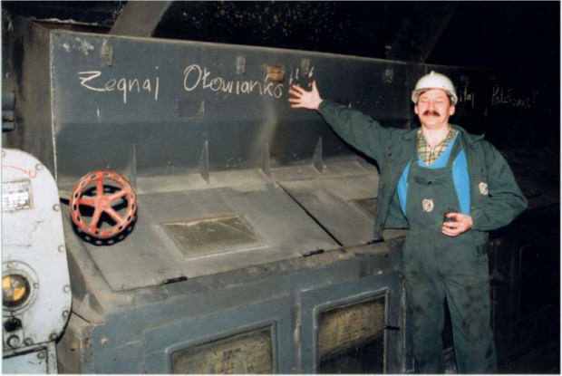 Humorystyczny akcent w ostatnich dniach działalności elektrociepłowni na Ołowiace. Pracownik pozuje do pamiątkowego zdjęcia.