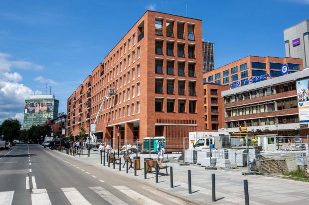 Nowy budynek mieszkalny, który powstał wzdłuż ul. Rajskiej. Razem z biurowcem przy ul. Heweliusza tworzą nowy kwartał miasta.