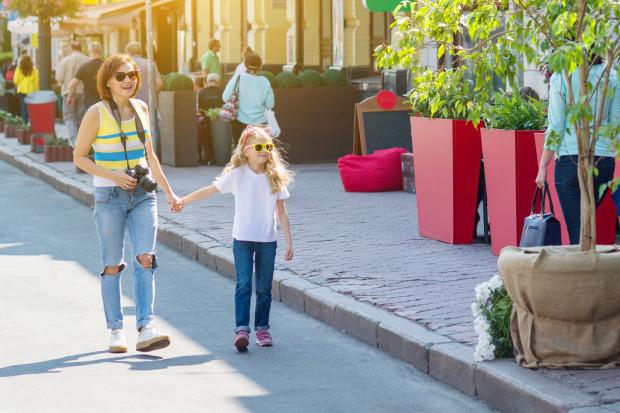 Rodzinne zwiedzanie wcale nie musi być nudne - wystarczy dobry pomysł i odpowiednia zachęta dla dziecka, abyśmy mogli razem cieszyć się wspólnym spacerem.