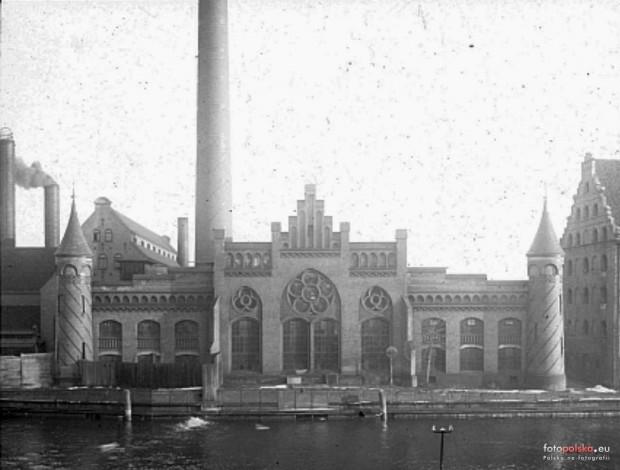 Tak do 1945 roku prezentowała się fasada elektrowni na Ołowiance od strony Motławy. W oczy rzuca się przede wszystkim brak nakrytych stożkowatymi hełmami wieżyczek, które flankowały fasadę.