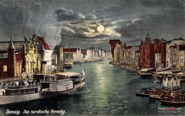 """Widok na Motławę w stronę Wyspy Spichrzów. Ówczesna elektrownia widoczna po lewej stronie. Warto również zwrócić uwagę po prawej stronie na nieistaniającą zabudowę przy Targu Rybnym. Niemiecki napis """"Danzig. Das nordische Venedig"""" oznacza """"Gdańsk. Północna Wenecja"""". Kolorowa widokówka z okresu kajzerowskich Niemiec."""