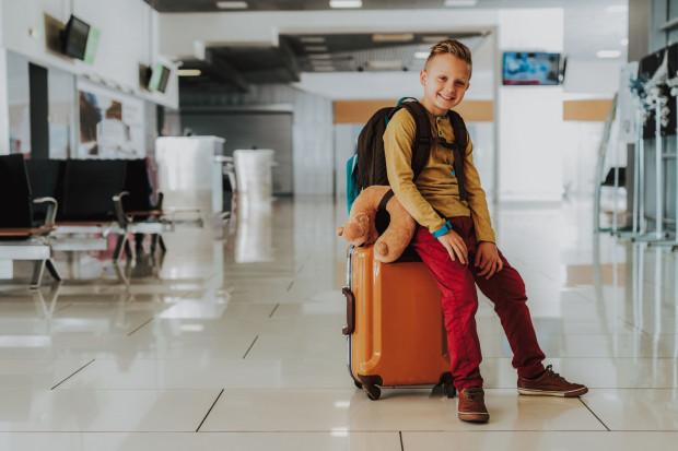 Dziecko podróżujące bez opieki w autobusie, pociągu czy samolocie to coraz częstszy widok.