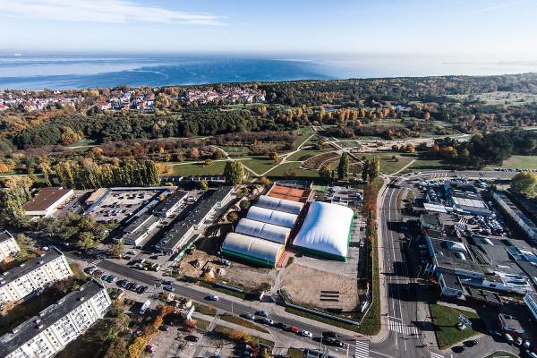 Zdjęcie z 2015 roku. Na terenie, gdzie znajduje się kompleks sportowy powstanie niewysoki hotel. Ze względu na położenie na terenie kompleksu sportowego i niedaleko plaży prawdopodobnie będą tu organizowane obozy sportowe.
