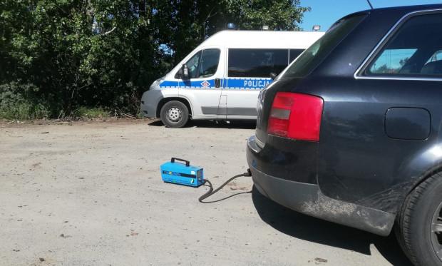 Funkcjonariusze sprawdzali samochody analizatorem spalin.