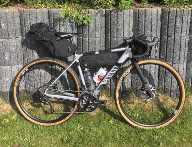 Rower gravelowy przygotowany do wyprawy.