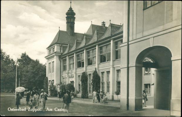Dobudowane w latach 1922-1923 skrzydło do Domu Zdrojowego, w całości przeznaczone dla kasyna.  Widok od strony południowej. Lata 30. XX w. (zbiory Krzysztofa Gryndera).