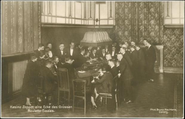 Gra w ruletkę w kasynie sopockim, przełom lat 20. i 30. XX w. (zbiory Krzysztofa Gryndera).