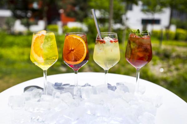 Szprycery bezalkoholowe to propozycja Eliksiru. Możemy je zamawiać w wielu różnych smakach. Uzupełniane sa tonikiem własnej produkcji albo piwem bezalkoholowym, również własnej produkcji.