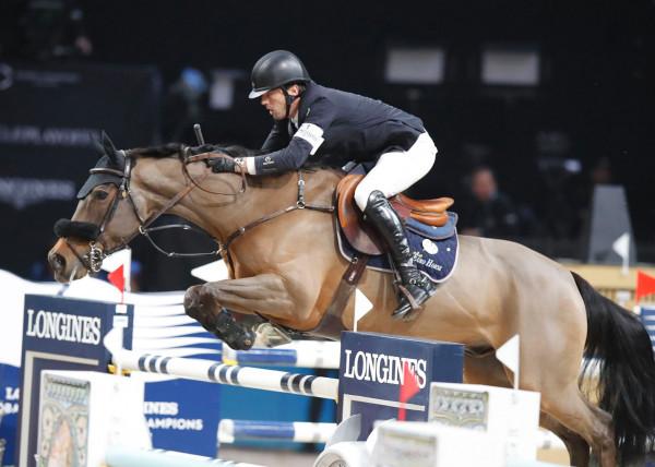 Białe bryczesy, marynarka jeździecka, skórzane buty jeździeckie i toczek - klasyczny, strój jeździecki, zazwyczaj widywany podczas zawodów.