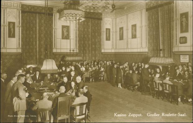 Sala Obrazów (też niekiedy: Portretów) ze stołami do gry w ruletkę, przełom lat 20. i 30. XX w. (zbiory Krzysztofa Gryndera).