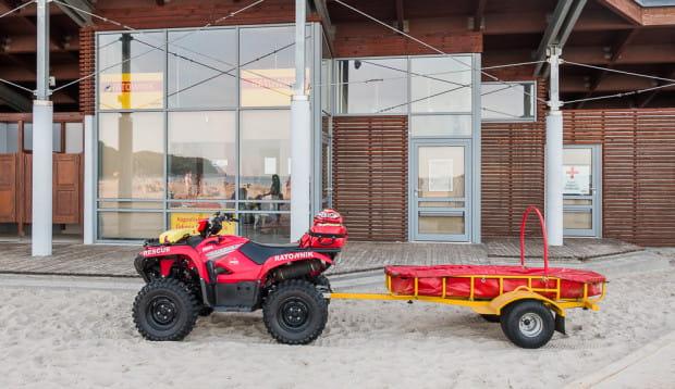 Na plaży w Gdyni Śródmieściu dostęp do automatycznych defibrylatorów mają jedynie ratownicy.