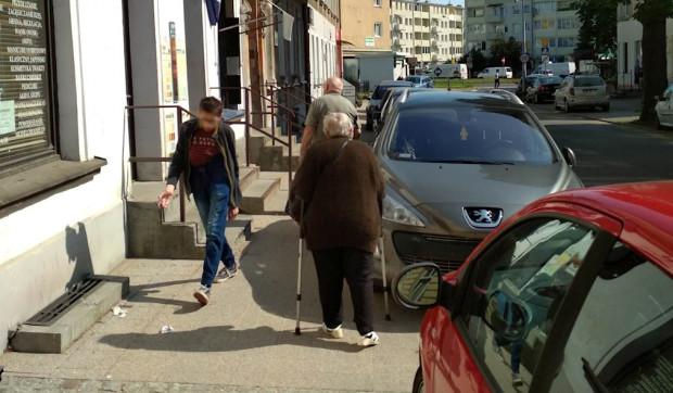 Zdaniem urzędników piesi muszą podzielić się miejscem z kierowcami.