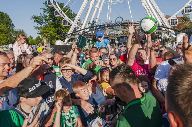 Kibice Lechii Gdańsk licznie stawili się na prezentację drużyny, a dużym zainteresowaniem wśród nich cieszy się również mecz Ligi Europy z Broendby IF.
