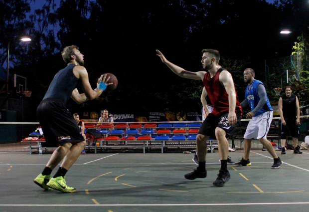 Gdyński Basket Nocą przyciąga setki zainteresowanych na korty przy ul. Ejsmonda. Podczas 1. edycji pojawiło się w sumie 1000 osób, a na ostatniej brakowało miejsca dla kibiców.