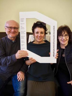 Symboliczną identyfikację Koalicji prezentują, od prawej: Bogdan Szczesiak (Izabelińskie Spotkania z Książką), Olga Tokarczuk (Góry Literatury) i Joanna Cichocka-Gula (Literacki Sopot).