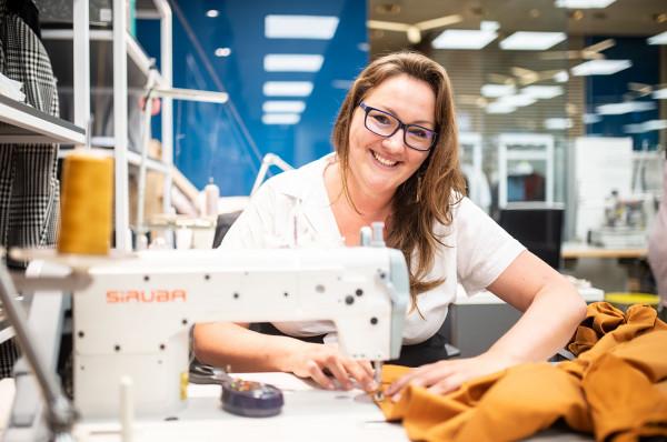 Kiedy Magdalena zaczyna opowiadać o swojej pracy, widać w tym pasję, która mimo kilkunastu lat zajmowania się tworzeniem ubrań nie zniknęła.