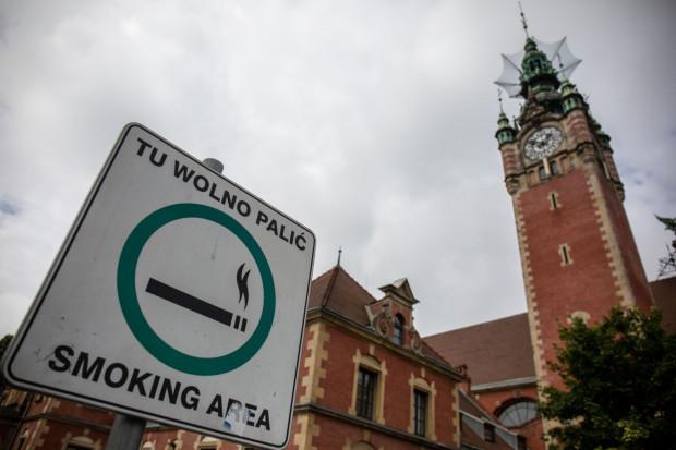 Przy Dworcu PKP jest wyznaczona specjalna strefa dla palaczy.