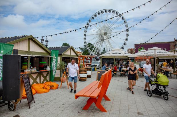 Kilkanaście kramów z jedzeniem i smakołykami działa na Ołowiance od połowy czerwca. Zamówione dania zjemy w strefie gastronomicznej pod gołym niebem.