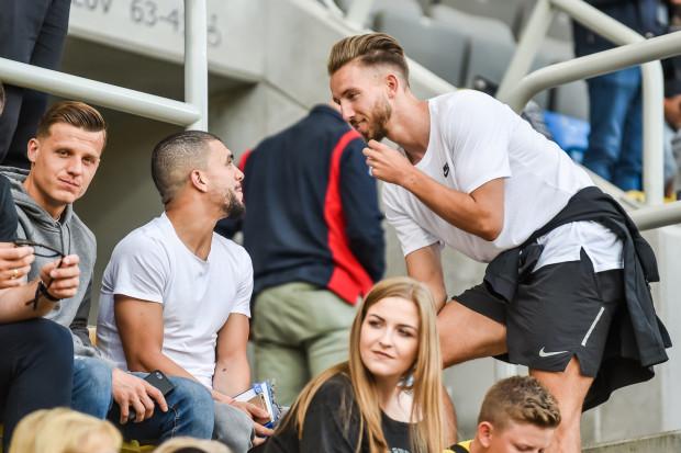 Fabian Serrarens (pierwszy z prawej) mecz Arka Gdynia Jagiellonia Białystok (0:3) oglądał z trybun. Napastnik liczy na debiut 29 lipca w Szczecinie w spotkaniu przeciwko Pogoni.