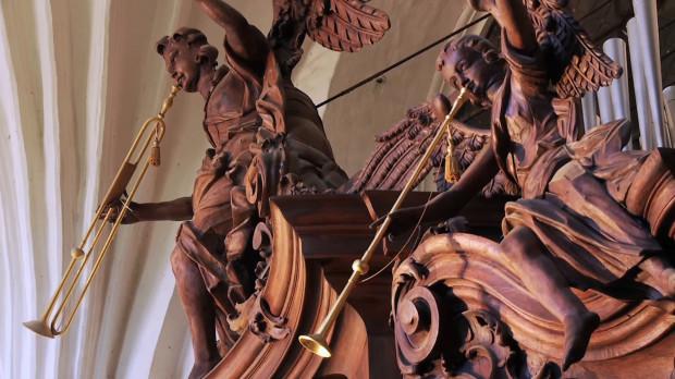 Wokół prospektu organowego znajdują się rzeźby aniołów, grających na różnych instrumentach - instrumenty te mogą poruszać się podczas gry i wydawać charakterystyczne dźwięki.