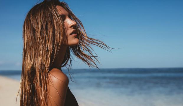 To, czego nasza skóra potrzebuje latem najbardziej to odpowiednie nawilżenie oraz odpowiednia ochrona przed promieniowaniem słonecznym.