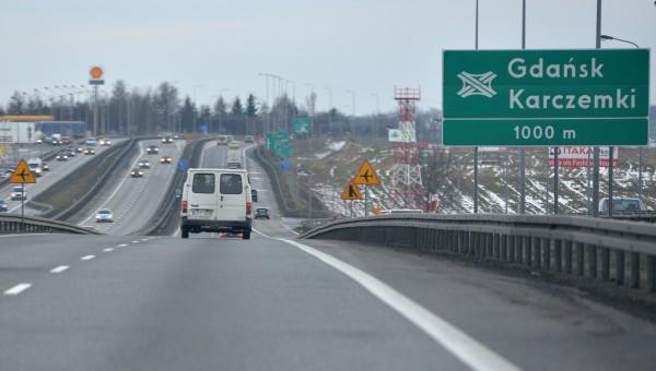 Na drogach ekspresowych przewidziano ustawianie tablic z odległością do zjazdu (tak jak jest to obecnie na autostradach). Nowym elementem są tablice kierunkowe na zjazdach z autostrady i drogi ekspresowej.
