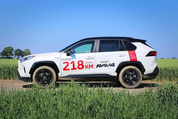 Hybrydowa RAV4 występuje w dwóch wersjach: 218 KM (napęd tylko na przód) i 222 KM (napęd na wszystkie koła).