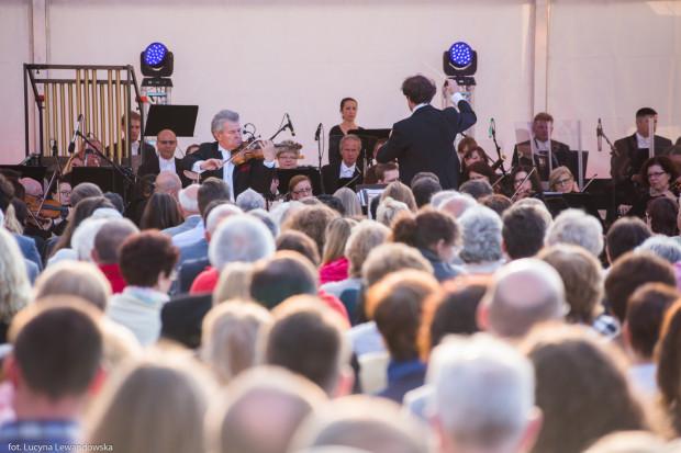 Koncert odbędzie się na Ołowiance. Bilety na miejsca siedzące można nabyć w cenie 10 zł. Miejsca stojące są darmowe.