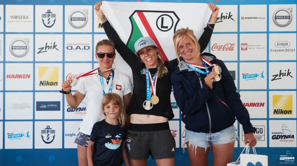 Najlepsze polskie zawodniczki w klasie RS:X w mistrzostwach 2019. Od lewej: Małgorzata Białecka, Zofia Klepacka i Maja Dziarnowska.