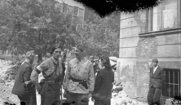 """Grupa powstańców na ul. Konopczyńskiego, drugi od lewej - gdynianin - Joachim Joachimczyk ps. """"Joachim"""", druga od prawej - odwrócona tyłem - jego żona Maria Joachimczyk ps. """"Marysia"""", 15 sierpnia 1944."""