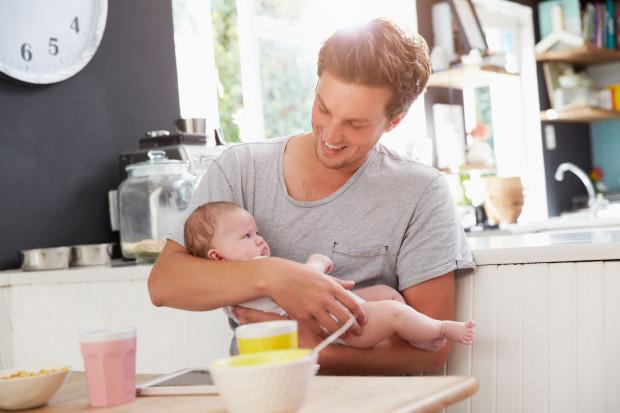 Ojciec może wziąć sześć z dwudziestu tygodni urlopu macierzyńskiego. Przysługują mu też dwa tygodnie urlopu ojcowskiego.
