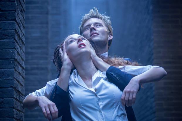 """Spektakl """"H(2)O"""" inspirowany jest wątkiem Hamleta i Ofelii z """"Hamleta"""" Williama Szekspira. Zobaczymy go 7 i 8 sierpnia w amfiteatralnej przestrzeni placu zabaw """"Zameczek"""" na Obłużu."""