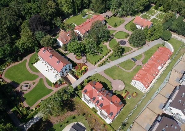 Folwark Saltzmanna (dworek ogrodnika w prawej górnej części zdjęcia)  jest dziś siedzibą korporacji Doraco.