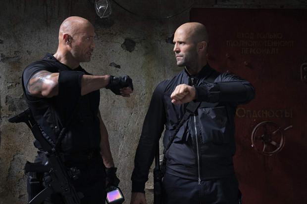 """Hobbs (Dwayne Johnson) i Shaw (Jason Statham) muszą  uratować najbliższych i świat, choć do współpracy żaden z nich się specjalnie nie garnie. O przyjaźni nie ma mowy, więc wspólna praca będzie okazją do ciągłej wymiany """"uprzejmości""""."""
