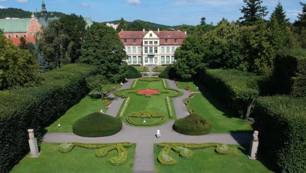Pałac Opatów i ogród francuski otoczony szpalerami starych lip