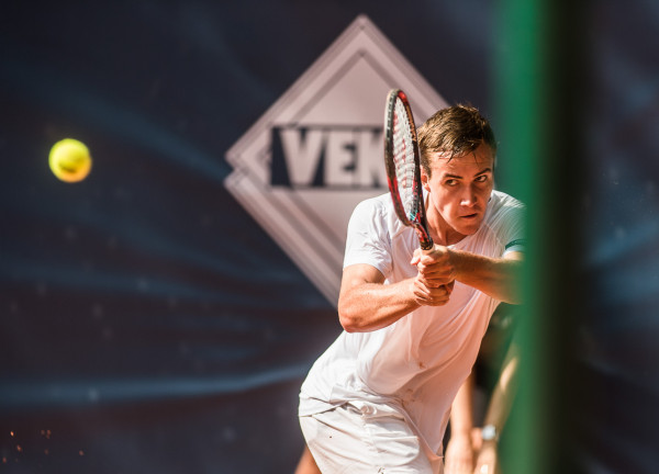 Daniel Michalski (na zdjęciu) przebił się do 2. rundy BNP Paribas Sopot Open po zwycięstwie nad Michałem Przysiężnym, dla którego było to pożegnanie z zawodowym tenisem.