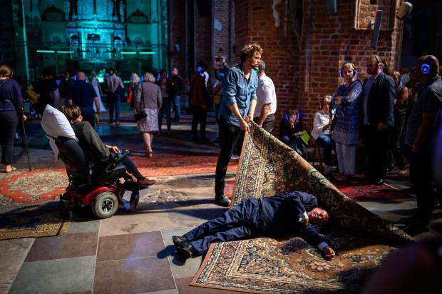 """Świetny """"Hamlet"""" Teatru Polskiego w Poznaniu w reżyserii Mai Kleczewskiej, grany w Centrum św. Jana, pozwalał ułożyć całkowicie indywidualny sposób oglądania przedstawienia."""