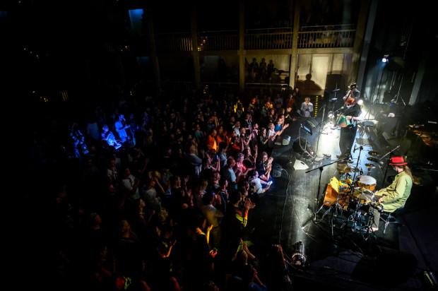 Zespół The Tiger Lillies przyciągnął do Gdańskiego Teatru Szekspirowskiego bardzo wiele osób, które świetnie się bawiły przy muzyce ekscentrycznego tercetu.