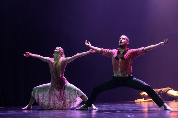 """Wysmakowany wizualnie, efektowny tanecznie spektakl """"Lady Makbet"""" z unurzanymi w krwi głównymi bohaterami (na zdjęciu) wykonał zespół imPerfect Dancers z Włoch."""