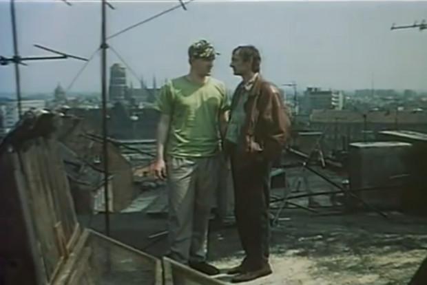 """Akcja filmu """"Trzy dni bez wyroku"""" dzieje się przede wszystkim w Gdańsku, głównie na terenie Biskupiej Górki. W niektórych scenach doskonale widać panoramę Gdańska wczesnych lat 90. Na zdj. Tadeusz Szymków i Jerzy Bończak."""